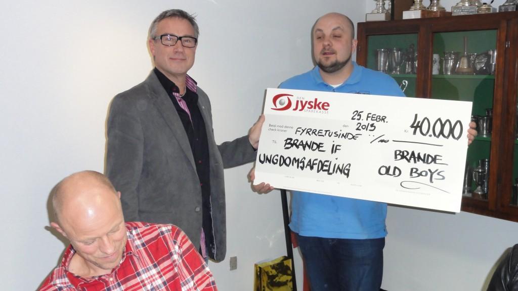Undomsformand Peter Strandgård Busk fik en check på kr. 40.000 til BIF's ungdomsafdeling.